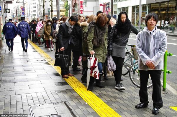 Girls Waiting for H&M Shinjuku