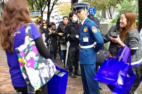 H&M Girls vs. Security Guard