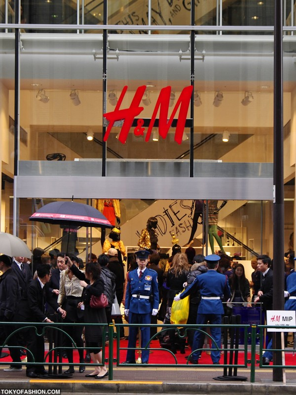 Customers Entering H&M