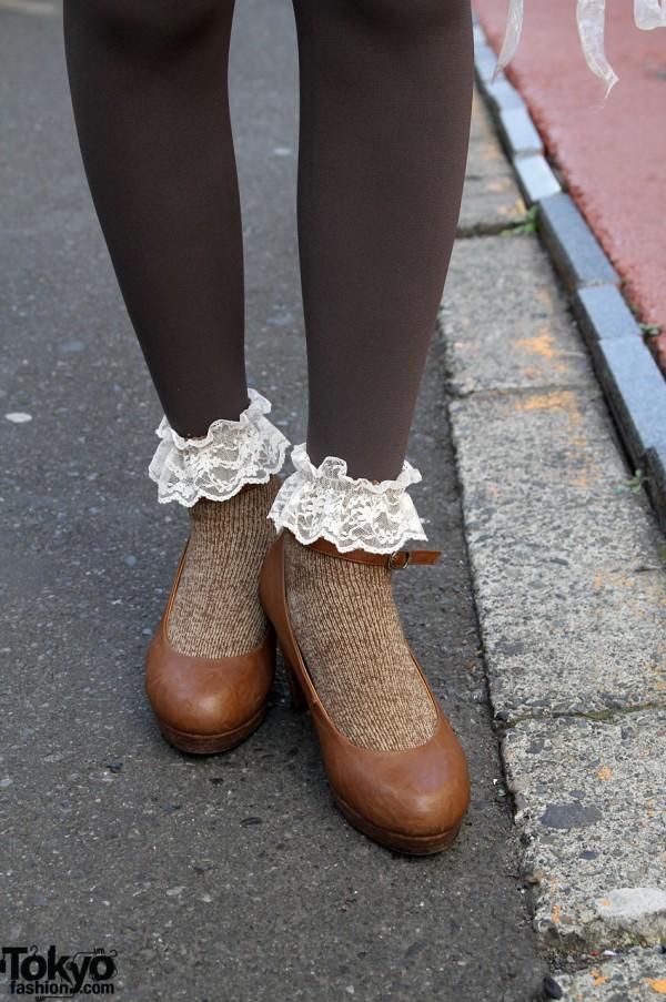 Crisp pumps with lace-trimmed leggings