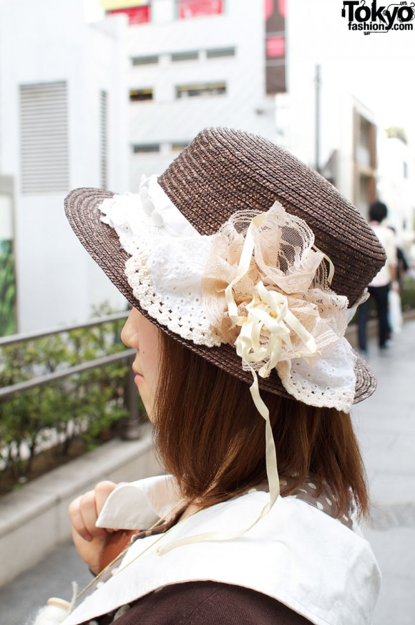 Brown straw hat with lace decoration