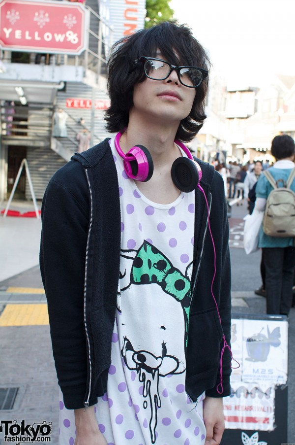 Monomania graphic t-shirt and pink headphones