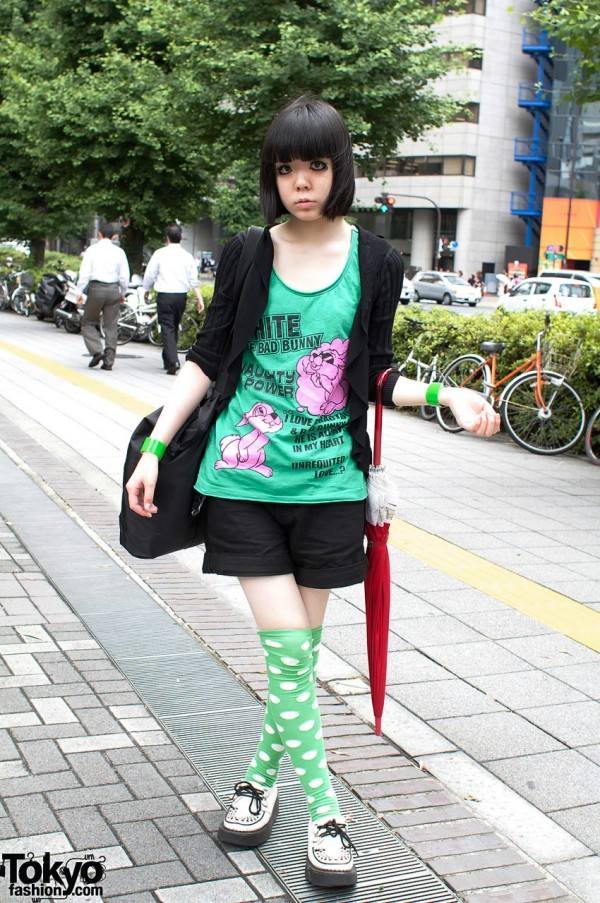Japanese Gothic model in Uniqlo shorts