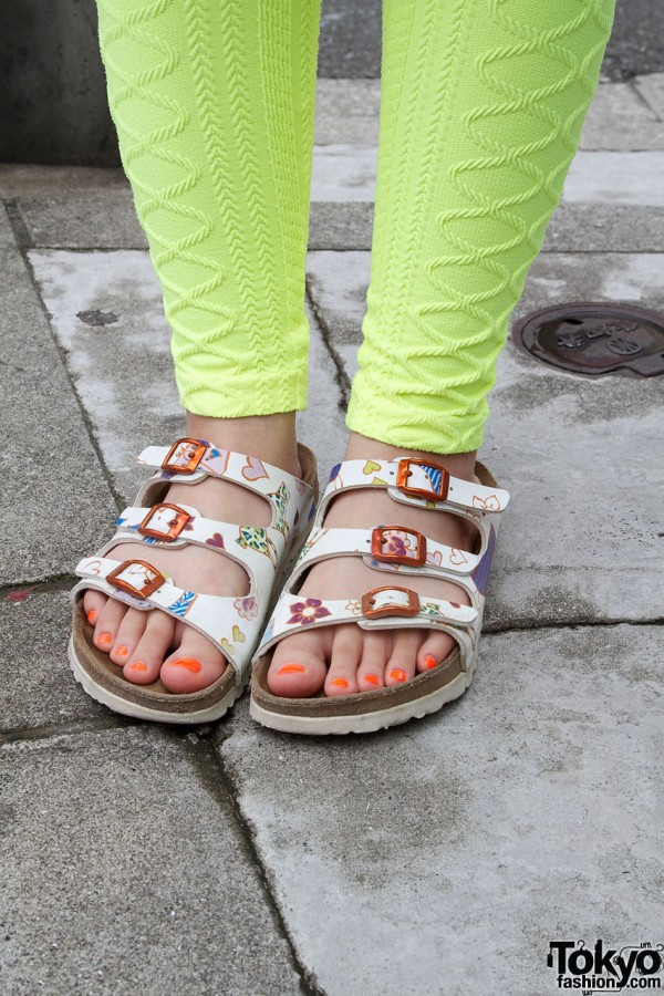 6%DokiDoki textured leggings with patterned sandals