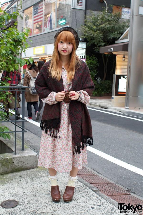 Japanese Girl dans le chapeau de fourrure, Sabots & Châle