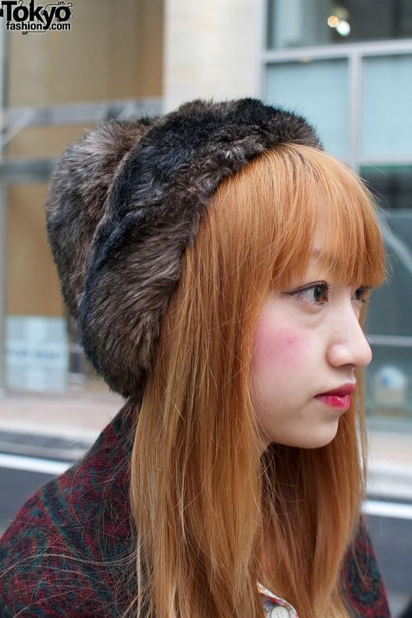 cheveux auburn et chapeau de fourrure