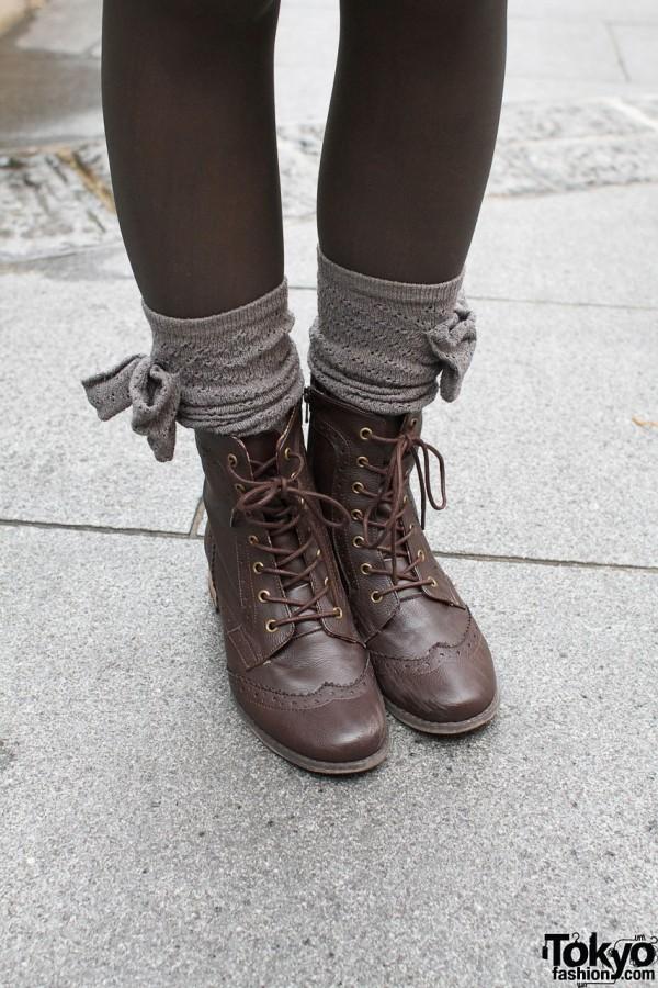 bottes à lacets et des chaussettes avec des arcs
