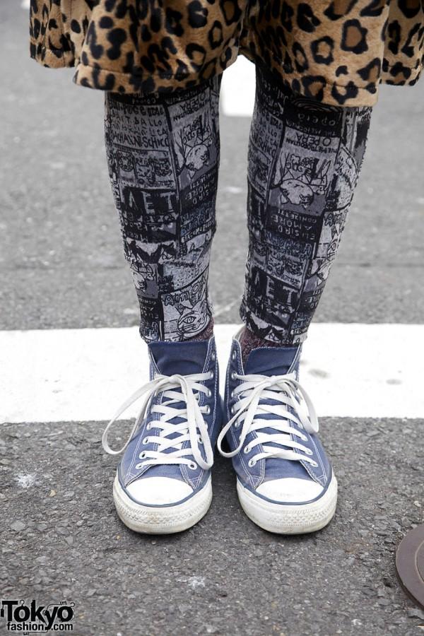 Graphic leggings & Converse sneakers