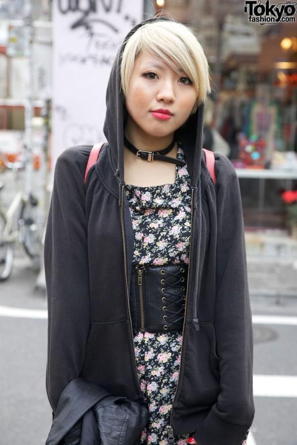 Print dress & Bunkaya Zakkaten leather belt