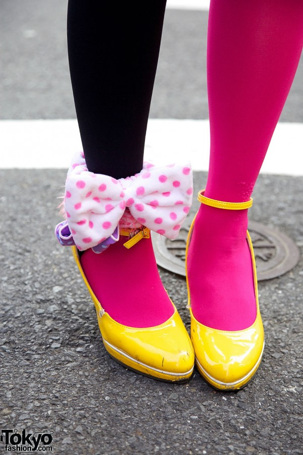 Two-tone tights, yellow shoes & bow