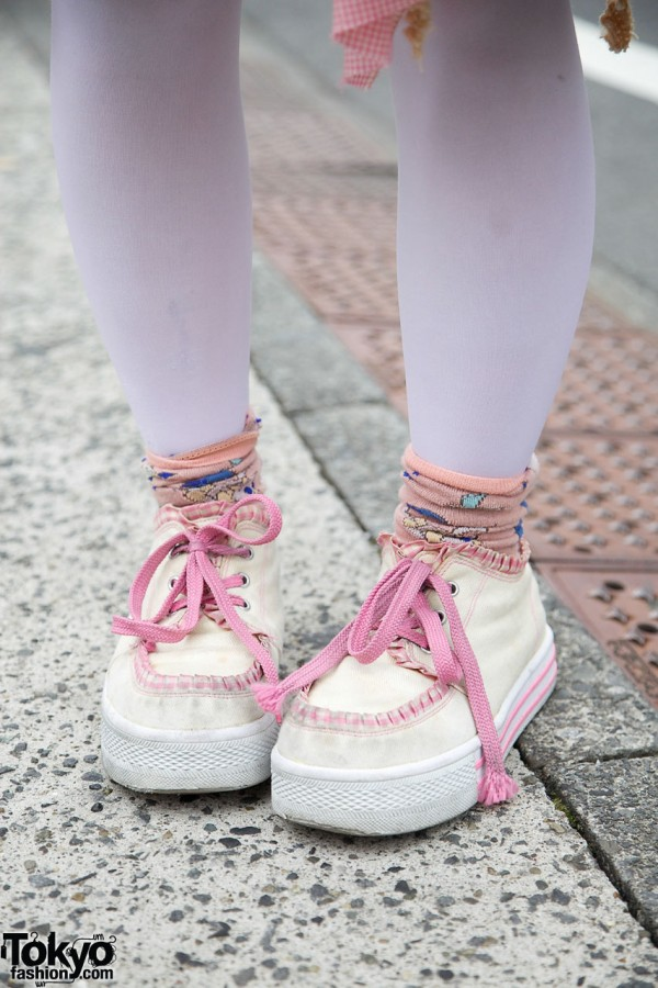 Southpaw sneakers with pink laces