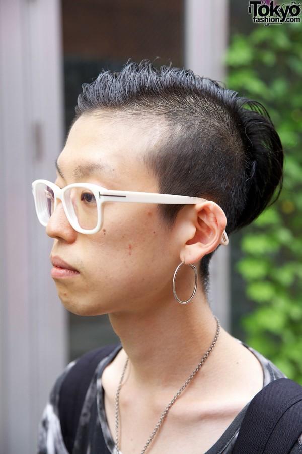 Hoop earrning & asymmetrical hair