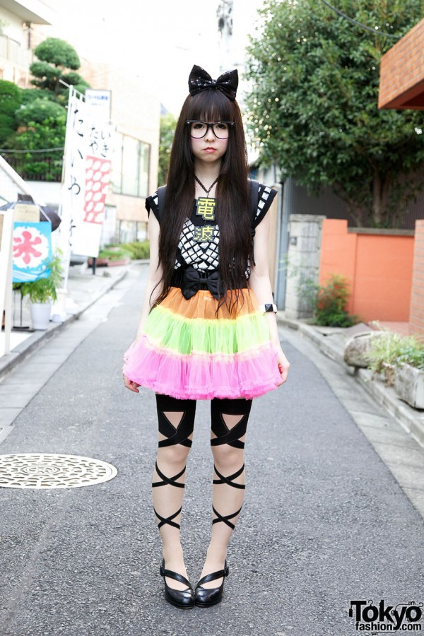 Cute Harajuku Girl w/ Big Hair Bow, Colorful Tulle Skirt & Denpa Necklace