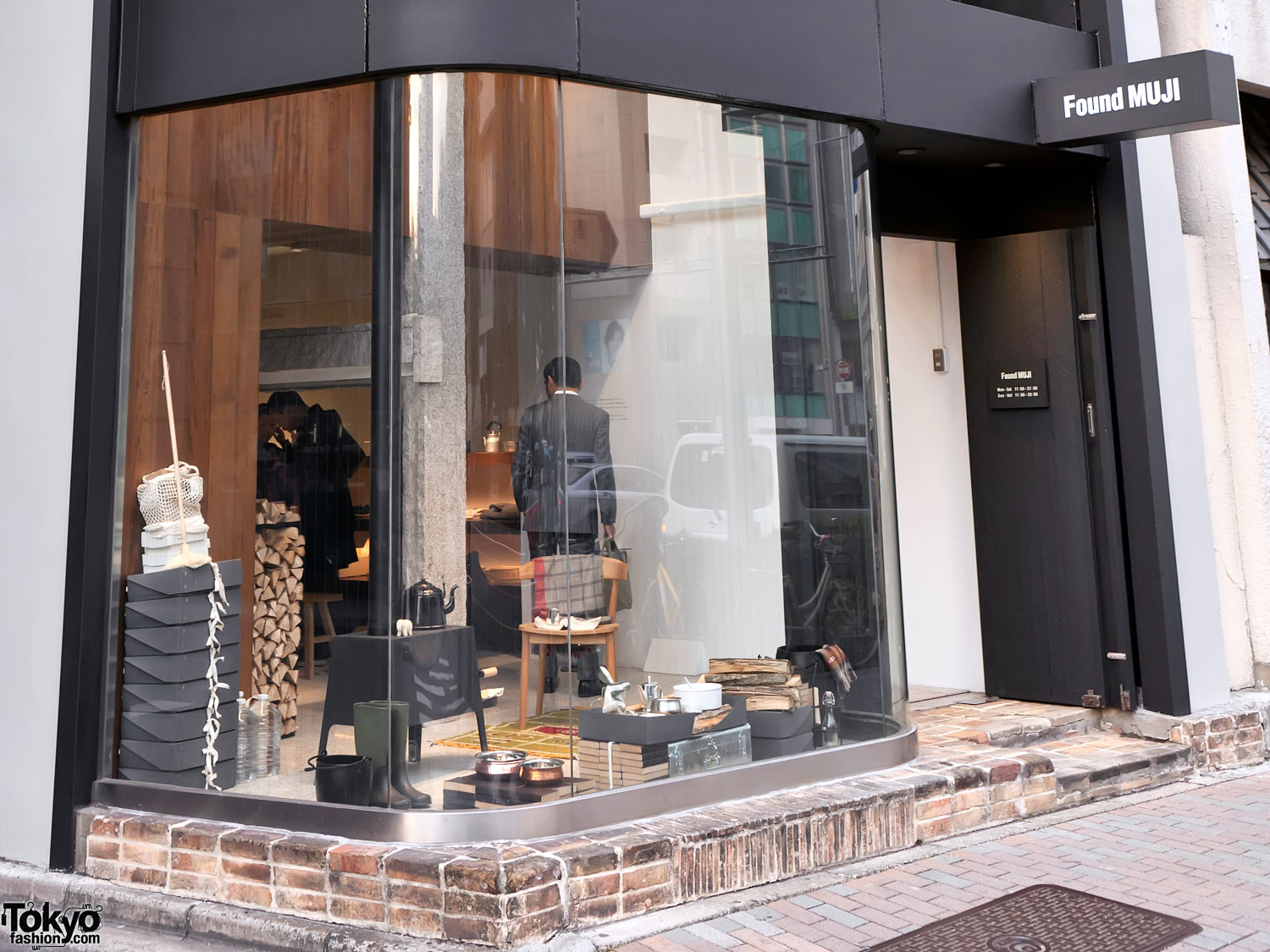 world 39 s first muji store reborn as found muji aoyama. Black Bedroom Furniture Sets. Home Design Ideas
