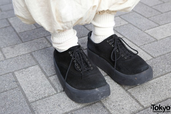 Gathered pants & black suede shoes in Shinjuku