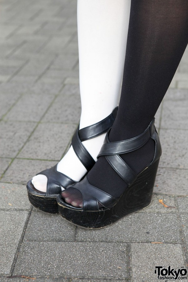 Black-and-white tights & platform sandals in Shinjuku