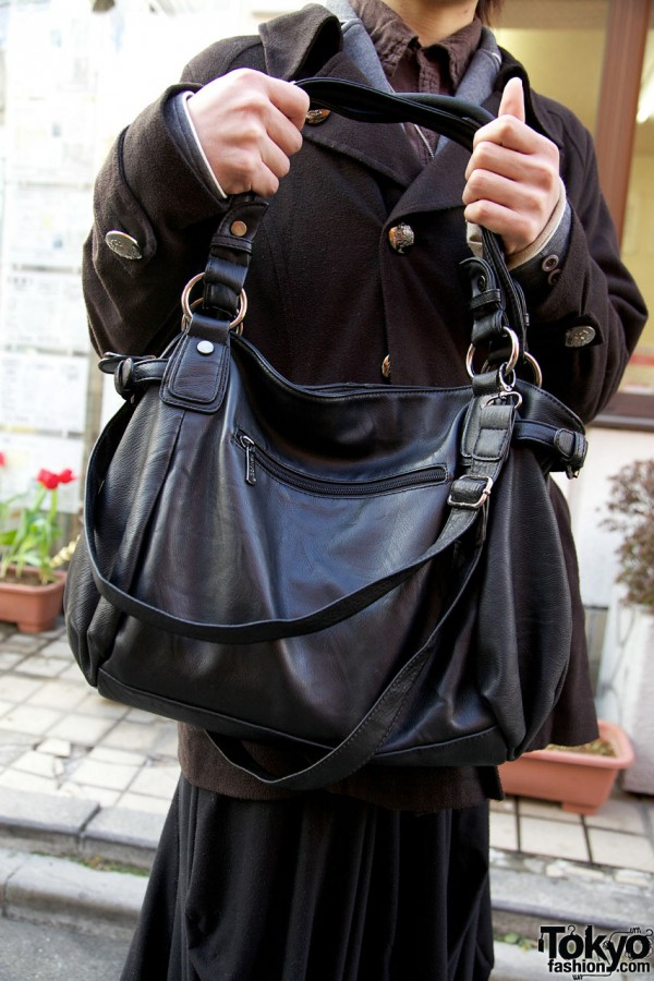 Black leather shoulder bag in Harajuku