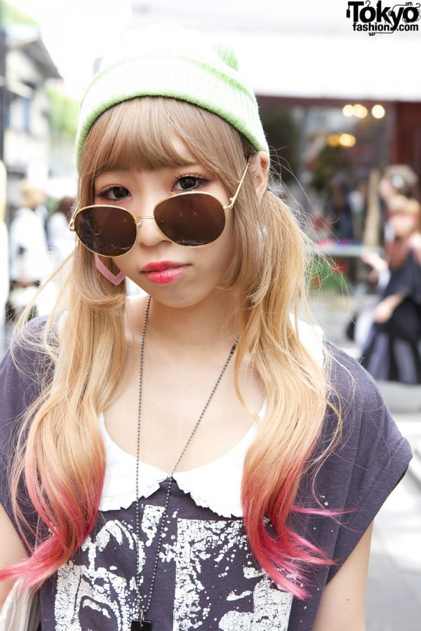 Blonde hair w/ pink tips & retro sunglasses