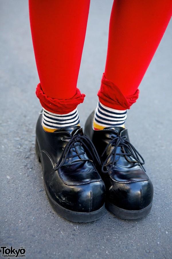 Red Leggins & Cute Black Shoes