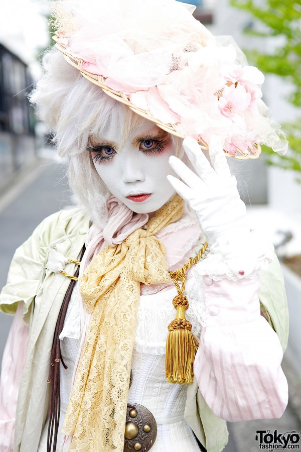 Straw Hat, Shironuri Makeup & Vintage Fashion