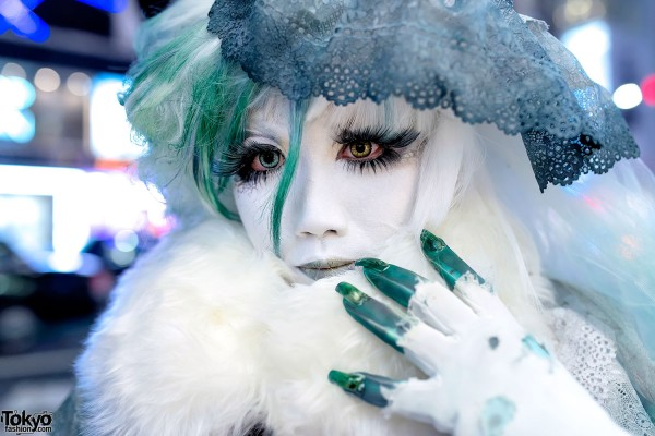 Green Fingertip Rings & Shironuri Makeup