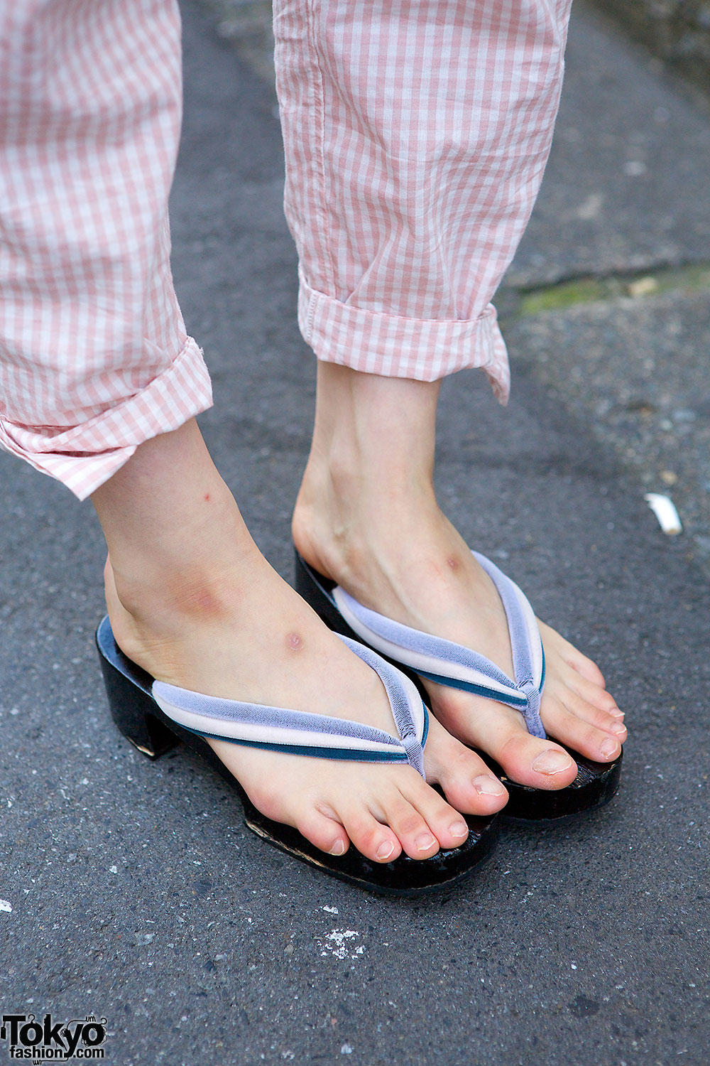 Simple Japanese Girls Wear Kimono Parasol And Geta Japan Sandal Footwear