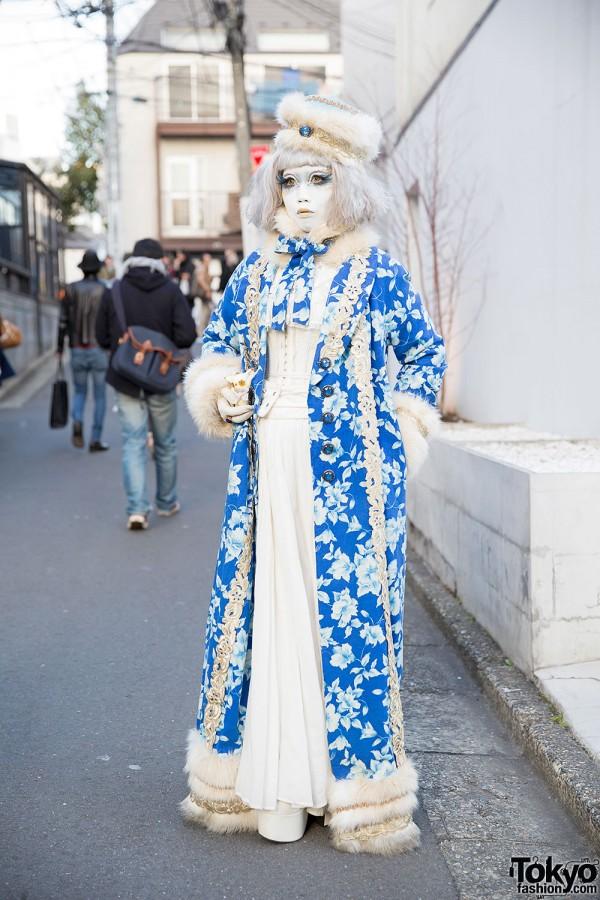 Shironuri Minori in Blue & White Fashion w/ Faux Fur & Small Cat