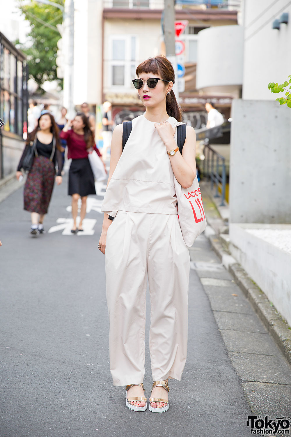 Harajuku girl in minimalist look w gold sandals marc for Minimalist living clothes