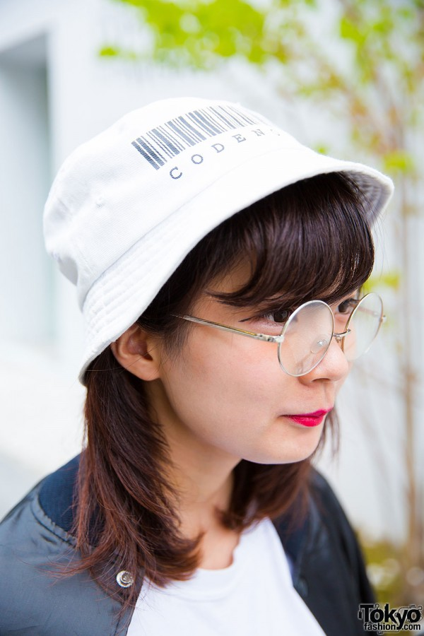 Round glasses and white bucket hat