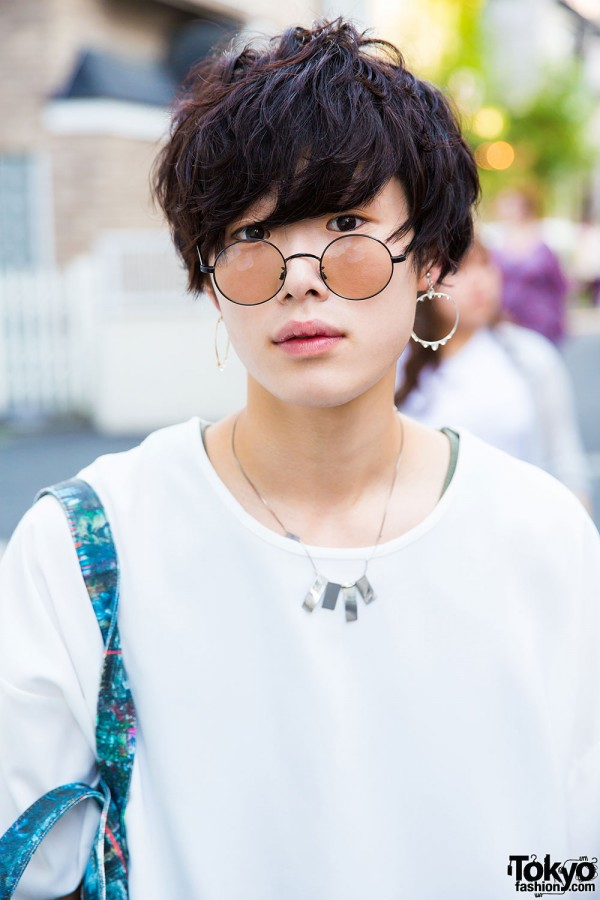 Japanese hairstyle, Connecter Tokyo hoop earrings, round sunglasses and geometric necklace