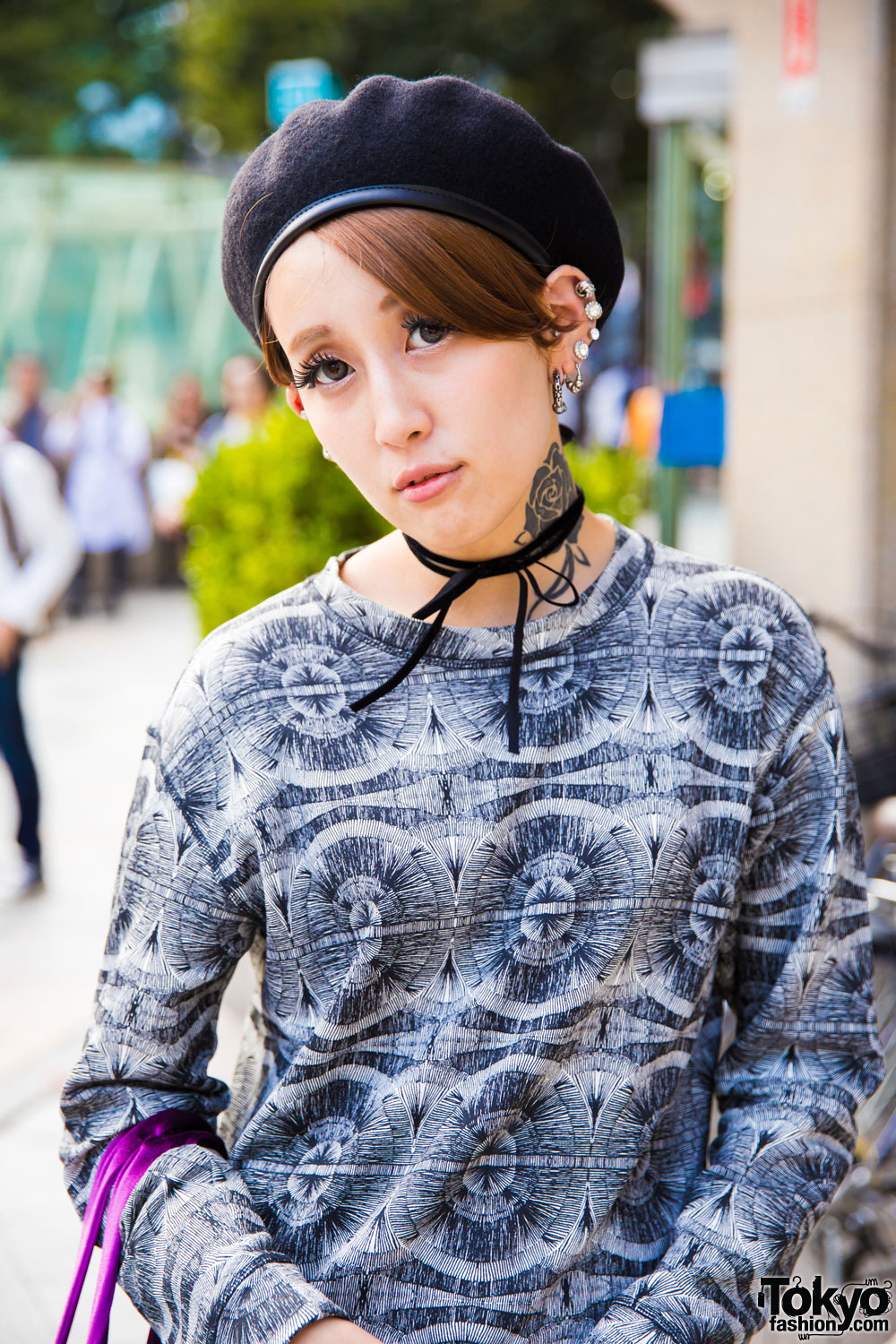 ab67a6ec92f8e Harajuku Model Wearing Leather Shorts   Beret w  H M