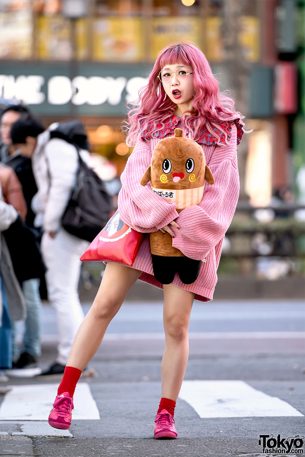 ... fashion features Kumatan and that she enjoys listening to the music of  Black Pink. Follow her on Instagram or Twitter for more kawaii fashion  photos. b3a3a39ce801