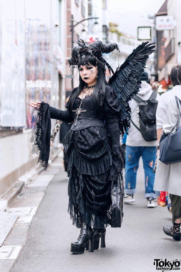 Gothic Winged Harajuku Street Fashion w/ Horned Headdress, Black Angel Wings, Noble Noire Lace Corset Dress, Dangerous Nude Coffin Bag & Metamorphose Temps De Fille Boots